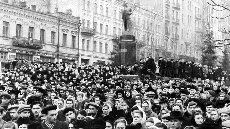 Формально Сталина хоронили дважды. Второй раз в ночь с 31 октября на 1 ноября 1961 года у Кремлевской стены, заслонив место захоронения щитами из фанеры. Красная площадь всю ночь была оцеплена военными. Сталин уже был разоблачен съездом, в стране не оставалось людей, не понимавших, что происходило