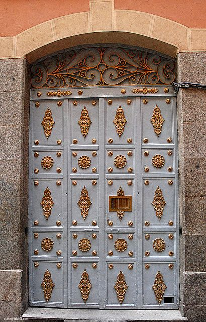 Elegant door in Madrid! Reminds me of post office boxes or safety deposit boxes at a bank. Just a little fancier. lol