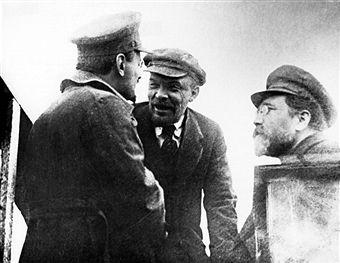 Vladimir lenin, leo trotsky, and lev kamenev on sverdlovsk square in moscow, may 1920.