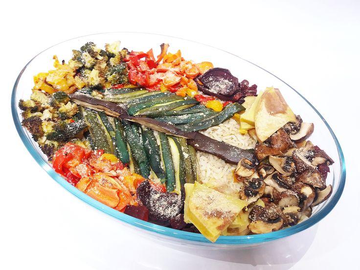 • Legume: Orez integral, cartofi, sfeclă roșie, ciuperci, ardei roșu, ardei galben, vânătă, broccoli, dovlecel zucchini, morcov, sare și drojdie inactivă. • Sos: 100 gr. de caju hidratat timp de o oră 100 gr. de baby spinach 2 căței de usturoi (opțional) 100 ml de …