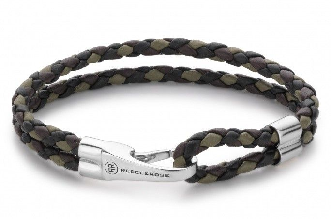 Rebel and Rose Armband Double Round Hook Trifold Camo 23 cm RR-L0029. Een trendy zwart- bruinlederen armband met zilveren haaksluiting het logo van Rebel & Rose. De armband heeft een lengte van 23 cm en bestaat uit 2 lederen banden die in het midden worden samengehouden door zilveren buisjes.