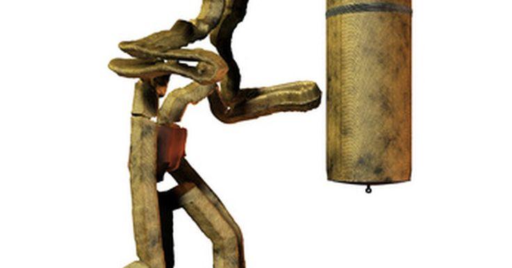 ¿De que están rellenos los sacos de boxeo?. Los sacos de boxeo vienen en muchos tamaños diferentes. El tamaño y el uso de un saco de boxeo frecuentemente determina qué es lo que se utiliza para rellenarlo. Arena, agua, aserrín fino, trapos y semillas son los materiales populares para rellenarlos.