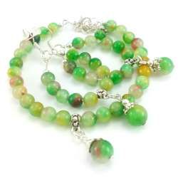 Komplet biżuterii z jadeitami w zieleni żółci czerwieni i bieli.