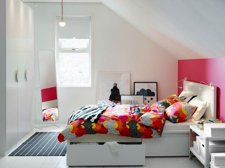 Spavaća soba bijele i ružičaste boje s bijelim MALM krevetom i višebojnom TOFSVIVA posteljinom