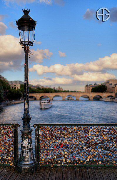 pont des Arts - Paris 1er - des cadenas devenus trop lourds, la mairie les enlève ... :-(