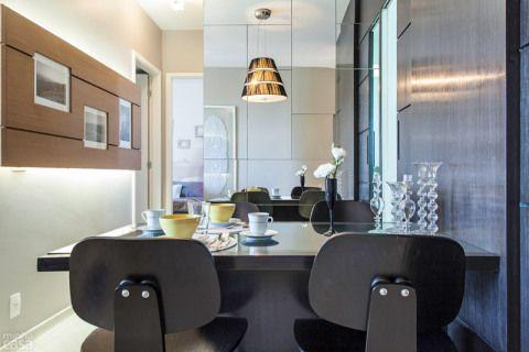 Marcenaria: divisória com porta (2,80 x 0,04 x 2,60 m) e mesa (1,40 x 0,80 x 0,72 m). Osmar Meloqueiro, R$ 5800. Placas de espelho: têm 32 cm de largura e alturas variadas. Clovidros, R$ 30 (32 cm), R$ 65 (64 cm) e R$ 90 (96 cm). Preços com colocação. Cadeiras Eames DCW. Artesian, R$ 790 cada. Projeto da designer Elvira Monteiro.