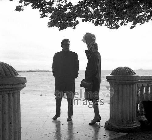 Peterhof an der Ostsee, 1967 Juergen/Timeline Images #Atmosphäre #atmosphärisch #Design #Designkonzept #Farben #Konzept #kreativ #Kreativität #Moodboard #Mood #Stimmung #stimmungsvoll #Thema #Moodboardideen #Moodboarddesign #Paris #Cafe #Kontraste #Touristen #Jacken #Mäntel #60er
