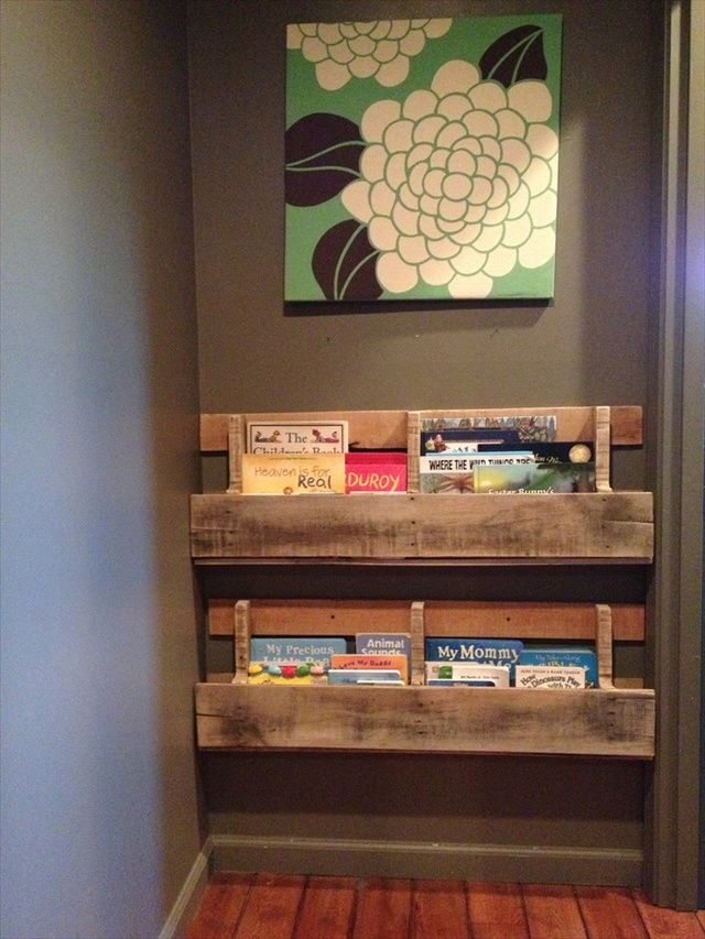 Libreria in pallet perfetta per riempire angoli vuoti