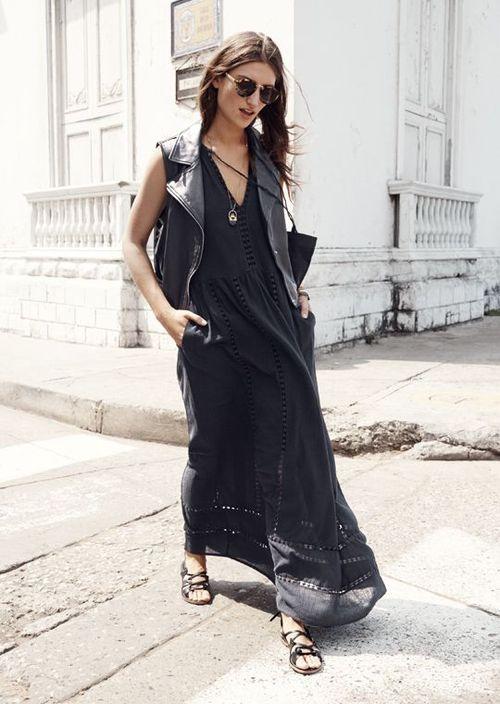 Comprar ropa de este look: https://lookastic.es/moda-mujer/looks/chaleco-negro-vestido-largo-negro-sandalias-romanas-negras-gafas-de-sol-marron-oscuro/2498 — Chaleco de Cuero Negro — Vestido Largo Negro — Sandalias Romanas de Cuero Negras — Gafas de Sol Marrón Oscuro