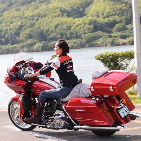 そーいえばこんなの撮ってもらった。    #あたし#楽しそう    この日は赤い子とお泊まりツーリング。  関西のねーさまに鍛えられた新喜劇    #ハーレー#vrscf#vrod マッスル  #ハーレー女子   #はれすたぐらむ   #fltrx #バイクのある風景  #ロードグライド#ツーリング  #ガールズバイカー   #バイク女子 #夏  #バイク好き