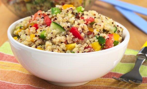 Le ricette con la quinoa renderanno la vostra estate leggera e gustosa: semi dalle mille proprietà, la quinoa si presta benissimo per delle insalate fredde estive perfette da portar e con voi in spiaggia o per dei pasti davvero light! Preparazione: Lavate molto bene i chicchi di quinoa sotto l'acqu...