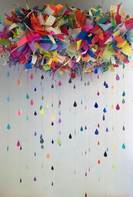 ¿Que piensas de estas cortinas de papel para bodas originales? Una nube de color de la cual cuelgan guirnaldas de papel.