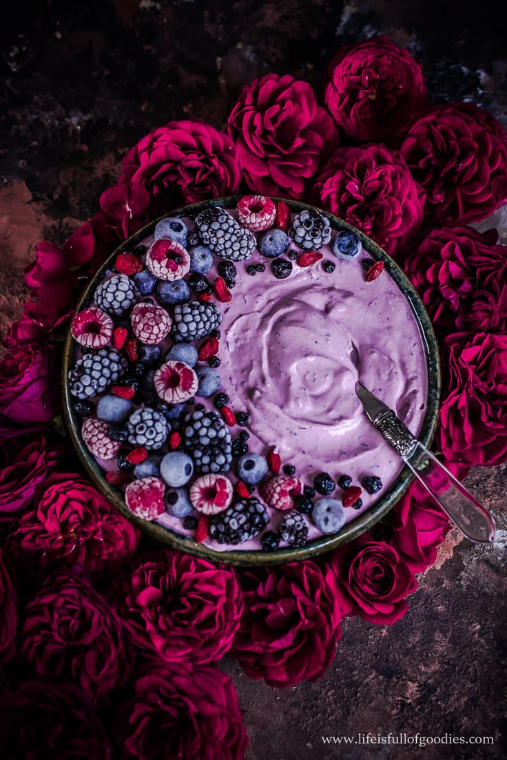 REZEPT DA! Berry Bowl mit Superfood Topping