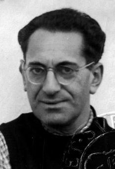 """Fritz Bauer Jurista y socialdemócrata Resistente antinazi, ex preso, exiliado en Dinamarca y luego en Suecia, donde editó la revista """"Sozialistische Tribüne"""" con Willy Brandt, Fritz Bauer fue un jurista suabo nacido en Stuttgart, que fue detenido por la Gestapo en 1933 por ser miembro del SPD y expulsado de la judicatura por su origen judío. En 1949 regresó a la judicatura dispuesto a participar en la reconstrucción, física y moral, del país. Bauer entra en la historia alemana por tres…"""