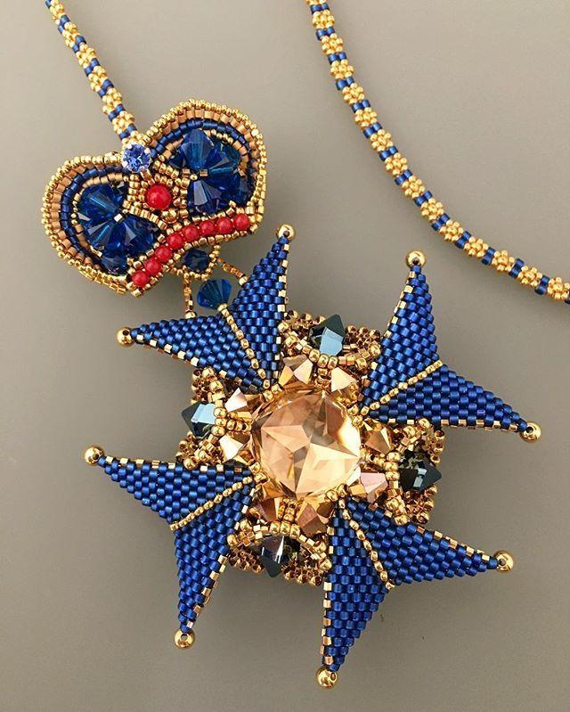 Получше фото брошь-кулона :) ..... #brooch and #pendant in one #chic #accessory #beads #miyuki #swarovski #crystals #crystalbeads #gold #sparkle #handmade #accessory #jewelry #brooch #beadedmedal #handcrafted #unique #uniquejewelry #bysvetlana