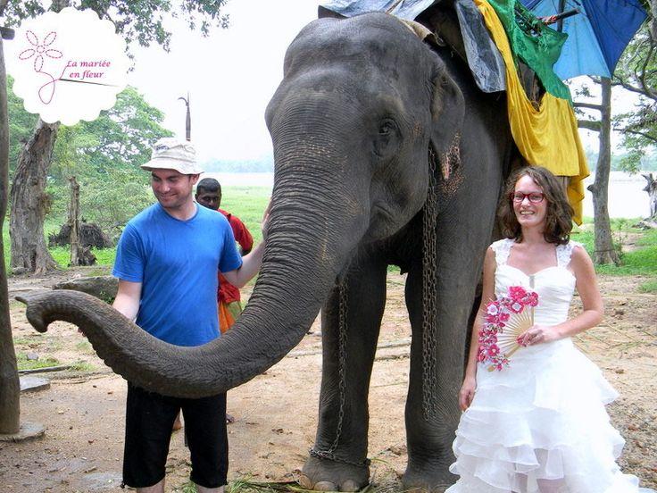 La mariée en fleur pendant sa lune de miel au Sri Lanka: en robe de mariée avec son bouquet de mariée original en éventail