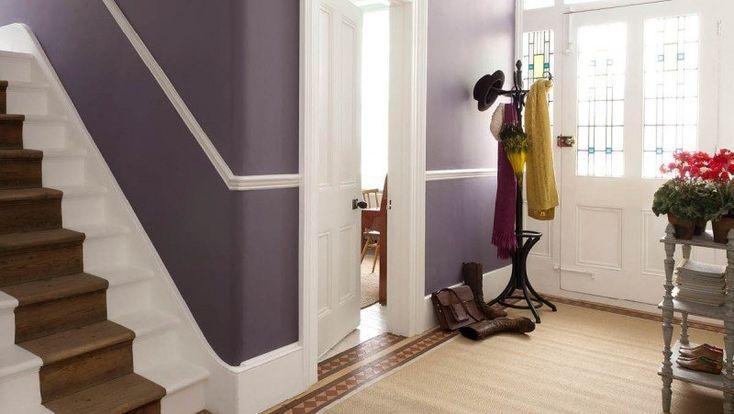 déco entrée maison en peinture 2 couleurs: mauve et blanc