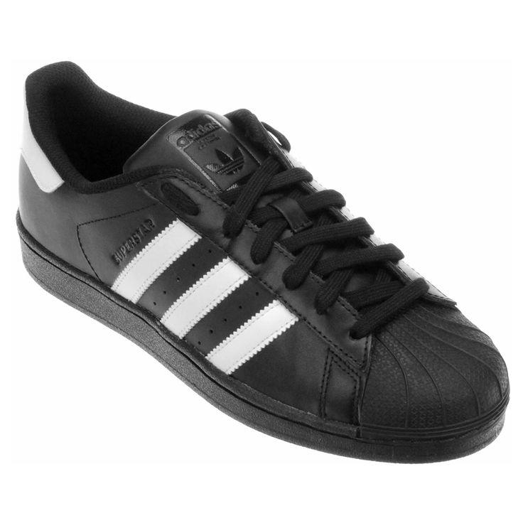 O estilo casual ganha mais autenticidade com o T��nis Adidas Superstar Foundation Preto e Branco.