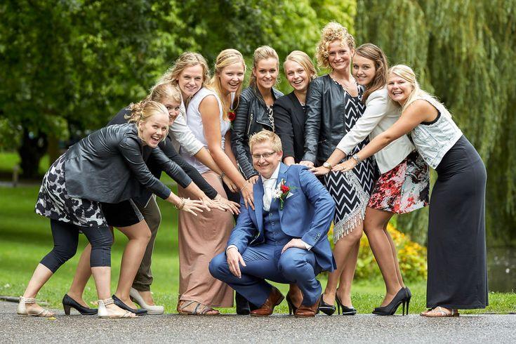 Trouwfotografie met een glimlach    #Kampen #Overijssel #groepsfoto #daggasten #bruidegom #groom #Wedding #Photograpy #Netherlands # Dronten #Flevoland #Overijssel #trouwfotograaf4you