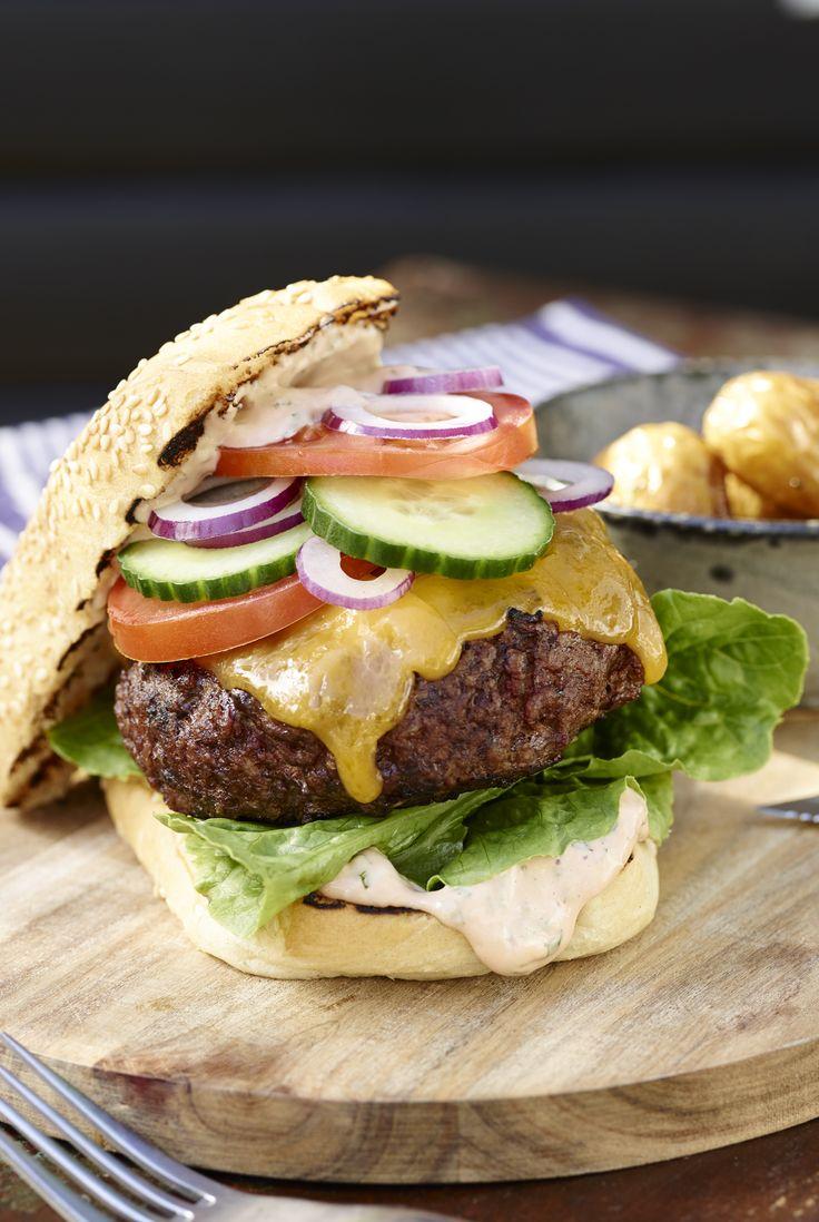 KLASSISK AMERIKANSK BURGER Get ready – nu skal der bygges burgere! Den amerikanske klassiker er et hit på hver en tallerken, og på grillen får du den helt autentiske smag frem.  #grill #grillinspiration #grilltips #opskrifter #inspirationdk