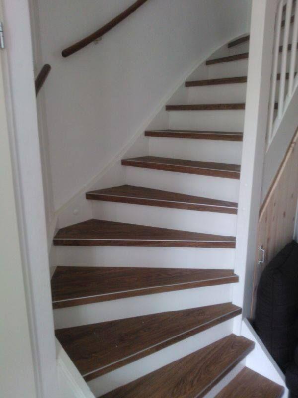 Bovenblad van trap treden met PVC houtlook. Witte Stootborden. www.art-floor.nl #pvcopdetrap #artfloorkatwijk