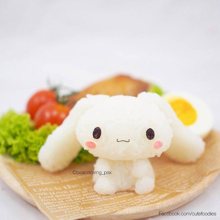 """De Pikachu à Totoro, ces boules de riz « onigiri » sont aussi mignonnes que délicieuses !  Au Japon, les bento kawaii prennent la plupart du temps la forme de kyaraben (personnage sur une boite à repas). Mais récemment sur Internet on a pu découvrir un dérivé tout aussi mignon et en 3D ! C'est le cas des onigiri, créés par la Thailandaise peaceloving_pax, qui s'amuse à reproduire de nombreux personnages d'animés avec un peu de riz et beaucoup d'imagination.  PLUS D'IMAGE VIA """"VISITE"""""""