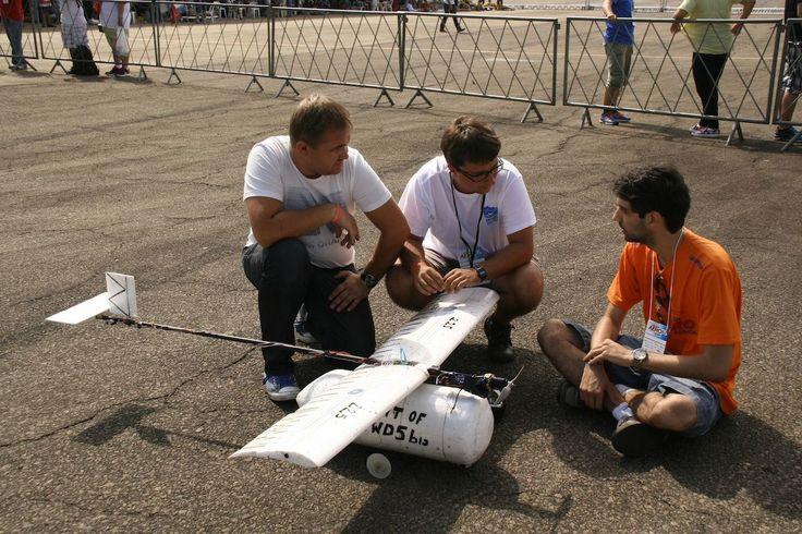 Studenci Politechniki Poznańskiej na zawodach SAE Aero Design Brasil 2014. Więcej informacji:  www.aerodesign.put.poznan.pl