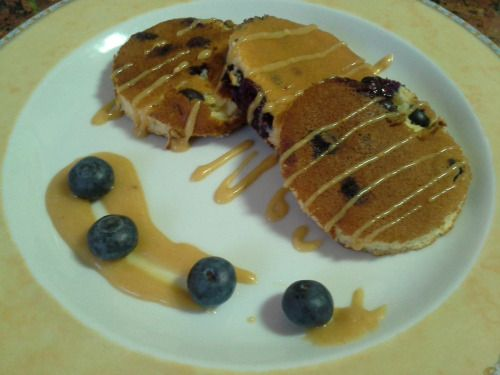 Panquecas de mirtilo com molho de amendoim e mel. Blueberrie pancakes with peanut and honey sauce.