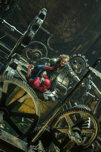 映画「アメイジング・スパイダーマン2」に登場するグリーンゴブリン。スパイダーマンとの戦闘シーン!