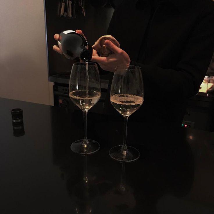 фото бокалов с вином в клубе брюками