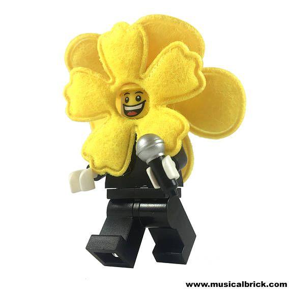 Benutzerdefinierte Lego Minifigur von Peter Gabriel mit Blume-Maske mit Genesis. Beinhaltet ein Mikrofon. Mit echten LEGO® Teile, bis auf die benutzerdefinierte Kunststoff Blume-Maske gemacht. Wenn Sie express-Versand oder nachverfolgen möchten, kontaktieren Sie uns bitte vor Ihrem Kauf Versand Preise auf Anfrage. www.AMD.SG/Store LEGO® und die Minifigur sind Marken der LEGO Gruppe von Unternehmen, die nicht sponsern, autorisieren oder unterstützen die Produkte auf dieser Website.