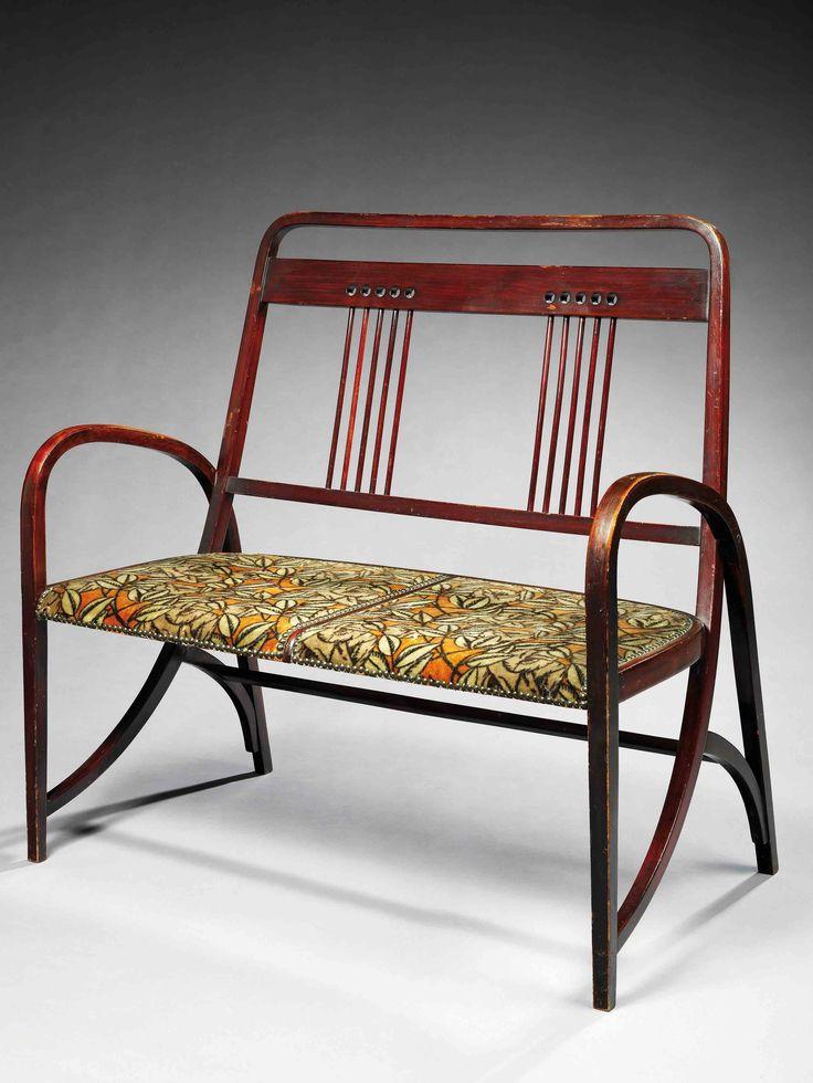 Joseph hoffmann (1870-1956) thonet (éditeur) salon en bois courbé teinté acajou comprenant un canapé deux places, deux fauteuils et deux chaises, piétement formant arcatures et accotoirs, le dossier s'élance de la base du piétement avant, il est animé de barreaux verticaux surmontés d'orifices circulaires, recouverts d'un velours d'origine à décor de motifs végétaux.canapé:haut. 105cm - larg. 107cm - prof. 58cm. fauteuils :haut. 106cm - larg. 54,8cm - prof. 58cm chaises : haut. 100cm…