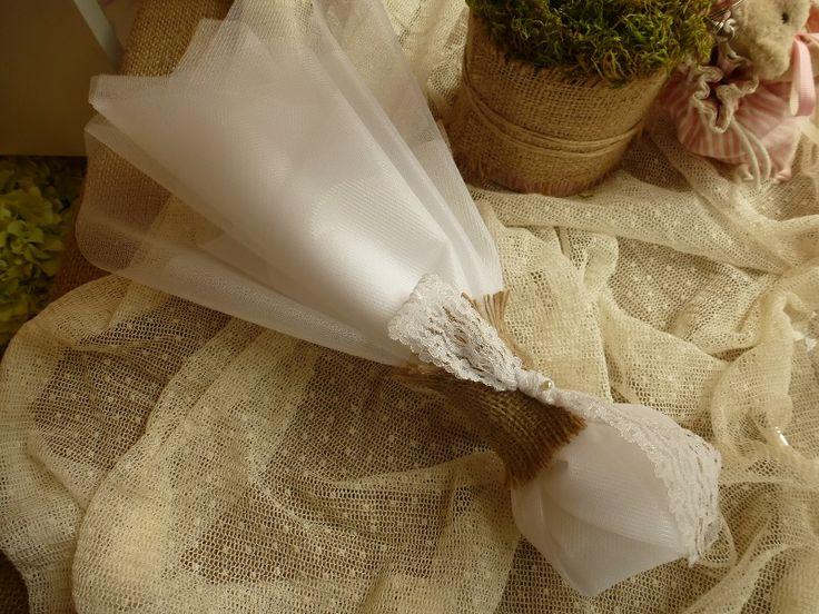 Μπομπονιέρα γάμου με τούλια και λινάτσα!