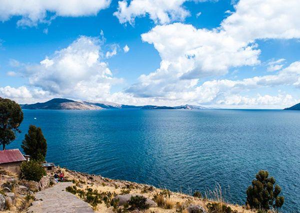 Este tour en grupo, lejos de la vida movida en las ciudad de Puno en la orilla del lago Titicaca, le permite tener una cercanía y contemplación del enigmático lago, y de la cultura y vida de sus pobladores nativos ya que se desarrollará íntegramente en la tranquilidad del viaje en una cómoda embarcación a motor y en el territorio de diferentes islas de las cuales la más lejana está a 3 horas de viaje por el lago y de las cuales varias son islas flotantes.
