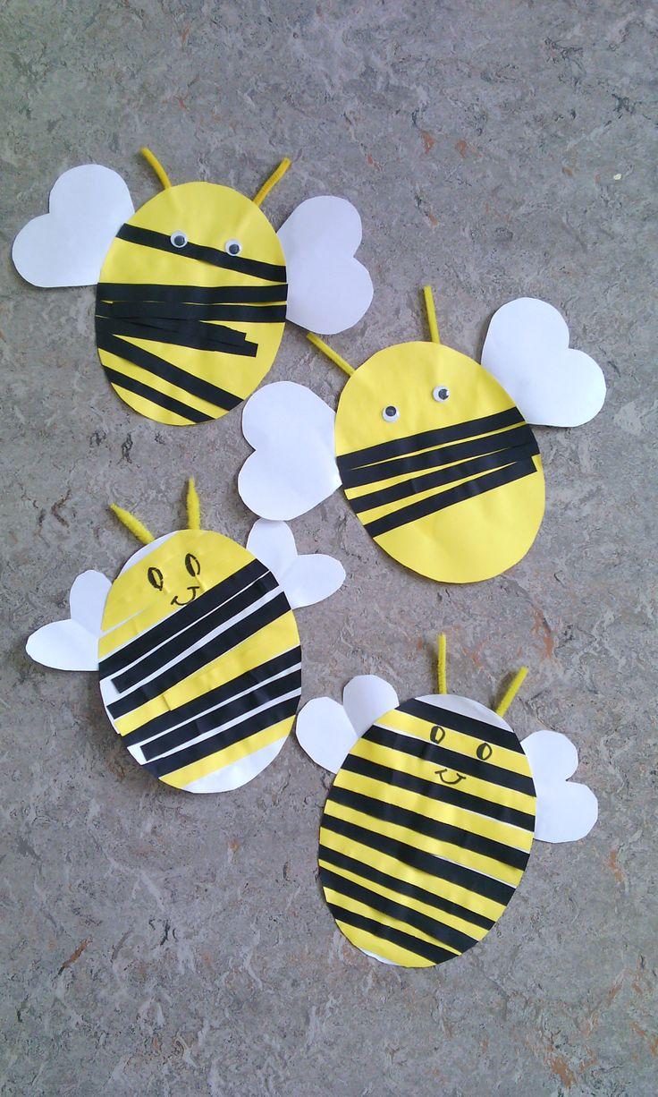 Bijtjes: peuters kleven zwarte stroken op geel papier, K1 kleeft gele en zwarte stroken volgens patroon