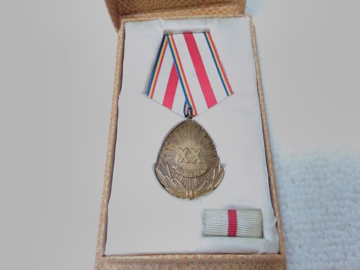 Vintage Romania/Romanian Anniversary of Liberation from Fascism Medal Pin Badge