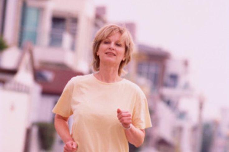 Dieta para los corredores de más de 40. Si eres un corredor de más de 40 años de edad, consumir una dieta adecuada puede ayudarte a mejorar tu rendimiento. Los carbohidratos son la principal fuente de combustible para los corredores de todas las edades. Si bien la dieta del corredor es la misma, ...