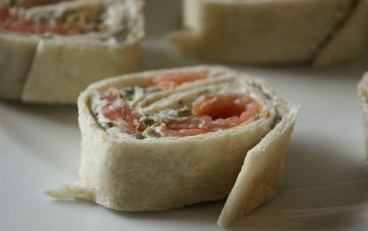 Rotolo di salmone - Ecco la ricetta il rotolo di salmone, un antipasto veloce e facile per la cena della Vigilia di Natale.
