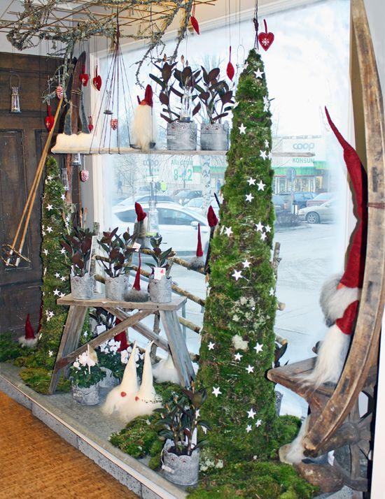 http://holmsundsblommor.blogspot.se/2011/11/julskyltning-i-gront-och-rott.html Julskyltning med höga mosskoner