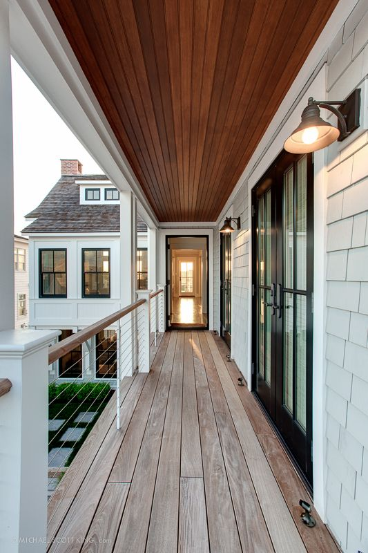 【日常的に屋外スペースを楽しむ】開放廊下とバルコニーでつながるリビングとベッドルーム | 住宅デザイン