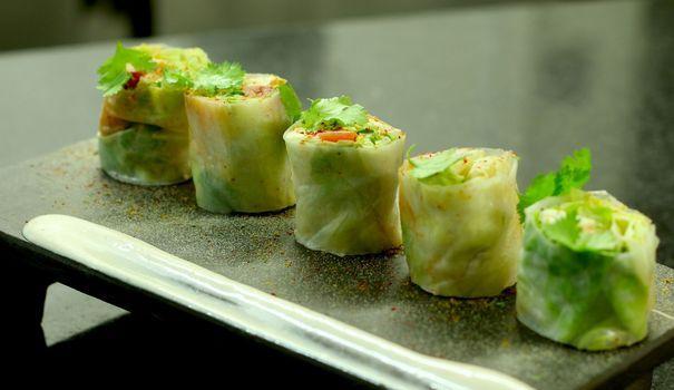 Des rolls de homard facile? C'est possible! Le chef étoilé Jean-François Piège présente sa recette simple, et livre le secret de sa vinaigrette légère et goûteuse.
