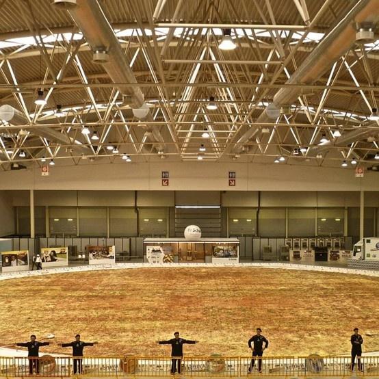 5 pizza ustası tarafından İtalya'da pişirilen dünyanın en büyük yuvarlak pizzasını hazırlamak sizce kaç saat sürmüştür? :)