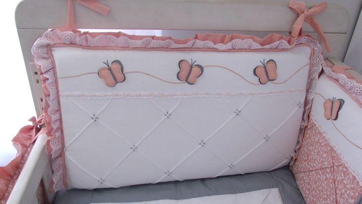 Contrastes como babados, vivos e amarras, são sempre feitos em tricoline com cores firmes. Produzido em Piquet puro algodão este kit contém acabamento especial com lâminas de espuma enroladas em manta acrilica, para os protetores, que ficam mais fofos porém não redondos.    Composição 12 peças:  ...