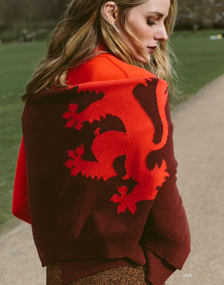 Olivia was vibrant in this Pringle of Scotland look during LFW. The various tones of red and copper mixed seamlessly and thanks to a combination of lurex and cashmere, the difference in texture mad…