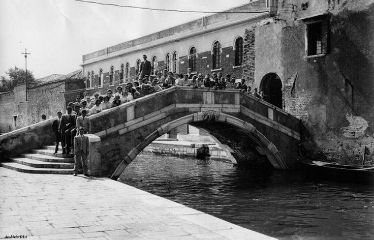 Alunni e insegnanti della scuola media di Tolfa (Roma) in posa su un vecchio ponte veneziano, Venezia 1957.