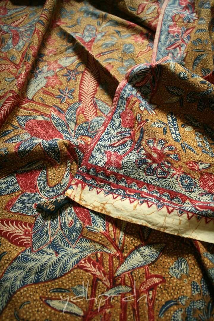 """Batik 3 Negeri klasik (berwarna biru, merah serta sogan) motif buketan bangau. Signed """"Tjoa Siang Gwan"""". Teknik tulis dari Solo. Ca 1950 / 1960"""