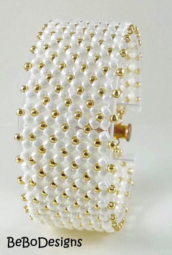 Esta puntada se llama chenille plano y he usado Toho redondo tamaño 8 rocallas en Navajo blanco brillo y tamaño 11 rocallas en Starlight permanente galvanizado oro.  La pulsera mide 7 1/4 pulgadas de largo y 1 pulgada de ancho.  Gracias por visitar mi tienda Etsy!  ♥♥♥♥♥♥♥♥♥♥♥♥♥♥♥
