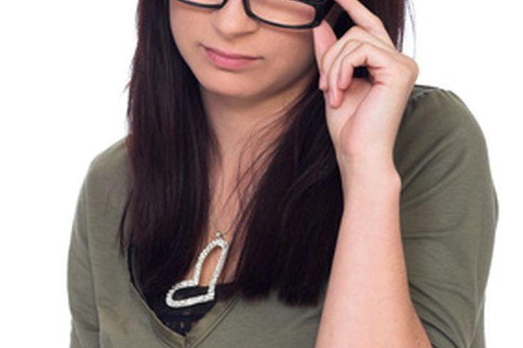 Cómo ajustar marcos de lentes de plástico. Las gafas de plástico mal colocadas pueden ser incómodas y causar fatiga visual. La mayoría de las veces, puedes encontrar un oculista que ajuste tus marcos de anteojos sin costo, sin embargo, también puedes ajustar los marcos de anteojos de plástico tú ...