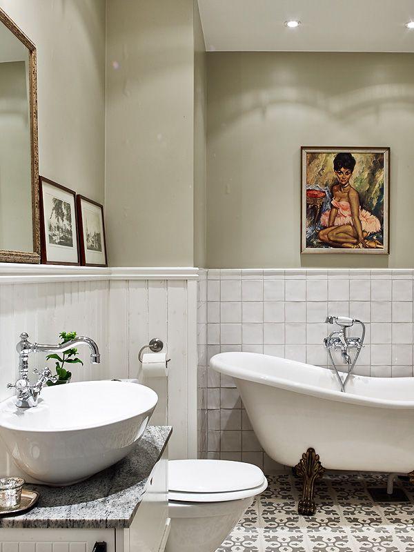 Salle de bain rétro mais avec un style un peu à part - carreaux 10x10 aux murs et carreaux de ciment au sol, tons sable, tableaux... #retro bathroom #white bathroom #sand color