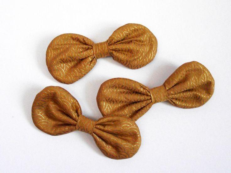 Broche noeud arrondi tissu japonais vagues dorées sur fond jaune moutarde